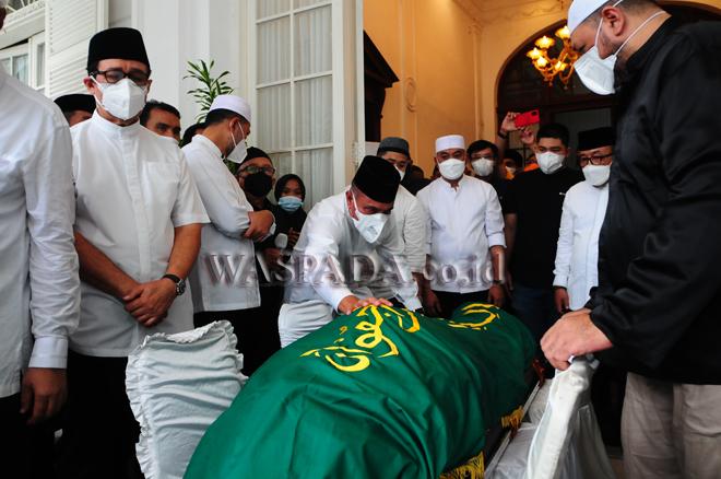 Gubernur Sumatera Utara, Edy Rahmayadi saat melayat di rumah duka H Anif, Medan, Rabu (25/8). H Anif yang merupakan ayah dari Wakil Gubernur Sumatera Utara, Musa Rajekshah wafat pada usia 82 tahun dan dimakamkan di halaman Masjid Al Musanif, Cemara Asri. (WOL Photo/Ega Ibra)