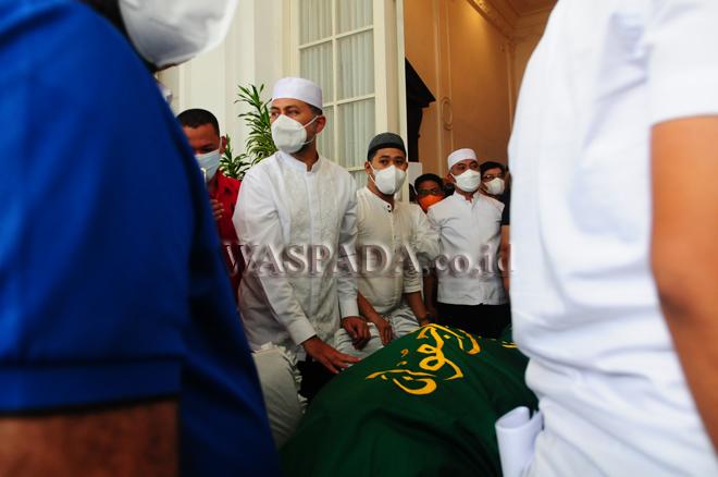 Wakil Gubernur Sumatera Utara, Musa Rajekshah (ketiga kiri) mengangkat jenazah ayahnya H Anif di rumah duka untuk dimakamkan, Medan, Rabu (25/8). H Anif wafat pada usia 82 tahun dan dimakamkan di halaman Masjid Al Musanif, Cemara Asri. (WOL Photo/Ega Ibra)