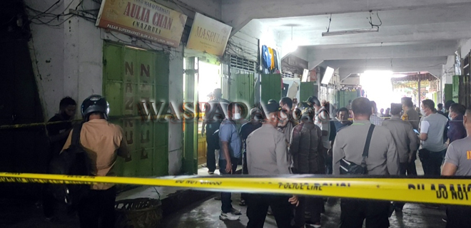 Petugas kepolisian melakukan olah tempat kejadian perkara (TKP) perampokan toko emas di Pasar Simpang Limun, Medan, Kamis (26/8). Perampokan yang diduga dilakukan oleh empat orang bersenjata api itu, menggasak toko emas yang berada di dalam pasar. (WOL Photo/Rizky Rayanda)