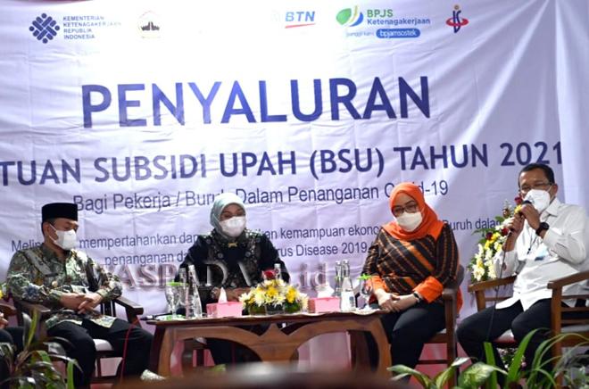 Direktur Utama BTN Haru Koesmahargyo (kanan), bersama Menteri Ketenagakerjaan Ida Fauziyah (kedua kiri) saat pencairan dana Program Bantuan Subsidi Upah (BSU) melalui mobil kas BTN di Semarang, Jawa Tengah, Jumat (3/9). BTN berkomitmen mendukung program yang digulirkan pemerintah dalam upaya membantu masyarakat dan mempercepat Pemulihan Ekonomi Nasional (PEN) terdampak pandemi Covid-19 salah satunya dengan program Bantuan Subsidi Upah (BSU) Bagi Pekerja. (WOL Photo/rls)