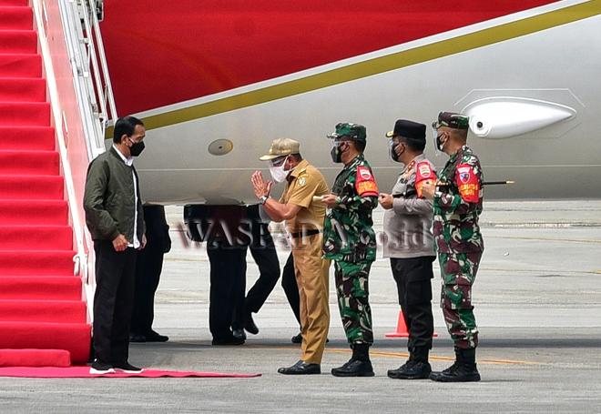 Presiden Republik Indonesia Joko Widodo (Jokowi) tiba di Bandar Udara (Bandara) Kualanamu, Kabupaten Deliserdang, Kamis (16/9). Kedatangan Presiden Jokowi ke Sumut terkait peninjauan vaksinasi door to door dan vaksinasi untuk pelajar di Deliserdang serta dilanjutkan dengan rapat bersama Forkopimda se-Sumut. (WOL Photo/IST)