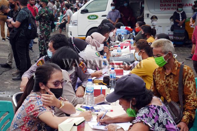 Pedagang mengantre untuk divaksin pada kegiatan vaksinasi massal pedagang Pasar Induk Lau Cih, Medan, Jumat (17/9). Pelaksanaan Gebyar Vaksinasi Merdeka ini diperuntukan bagi 1.400 pedagang Pasar Induk Lau Cih. (WOL Photo/Ega Ibra)