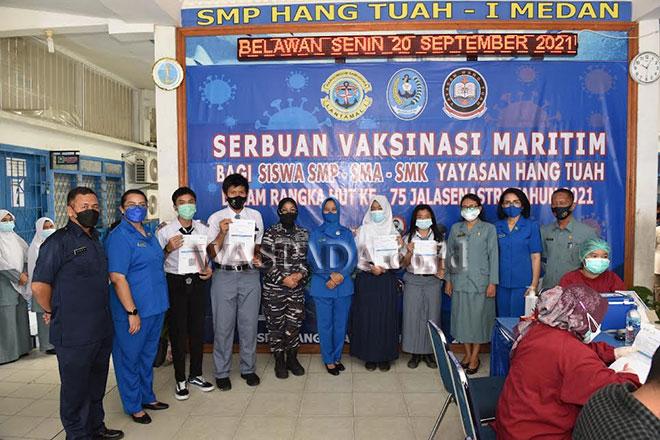 Pangkalan Utama TNI Angkatan Laut (Lantamal-I) kembali melaksanakan vaksinasi dosis menyasar kepada pelajar SMP, SMA dan SMK di Yayasan Hang Tuah, Belawan, Kota Medan, Senin (20/9). (WOL Photo)