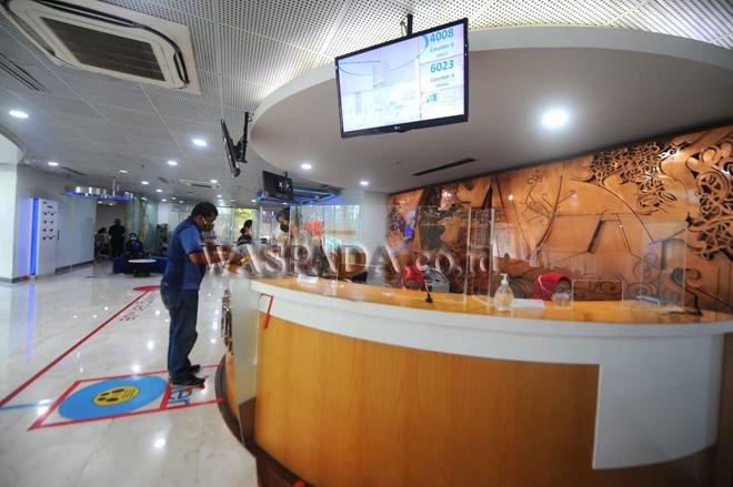 Nasabah PT Bank Tabungan Negara (Persero) Tbk sedang bertransaksi di salah satu kantor cabang di Jakarta, Kamis (7/10). Mulai 6 Oktober 2021 BTN mengubah jam layanan di jaringan kantor perseroan menjadi pukul 08.00-15.00 WIB sesuai aturan pemerintah terkait pelonggaran Pemberlakuan Pembatasan Kegiatan Masyarakat (PPKM) dan menawarkan berbagai kemudahan transaksi bagi nasabahnya melalui elektronik channel seperti mobile banking, internet banking, portal btnproperti.co.id, hingga rumahmurahbtn.co.id. (WOL Photo/rls/ryan)