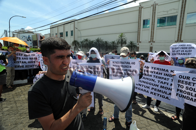 Pengungsi asal Afganistan menggelar unjuk rasa di depan Kantor Konsulat Amerika, Selasa (12/10). Dalam aksinya para pengungsi meminta agar pihak Amerika Serikat bertanggungjawab terhadap para pengungsi yang ada di Indonesia. (WOL Photo/Ega Ibra)